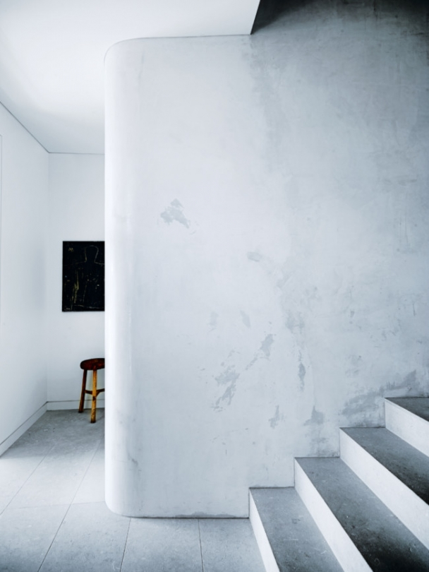 Curved walls makes the spaces flow and add softness