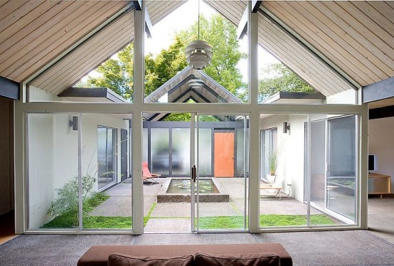 10 the most cool and amazing indoor courtyards ever digsdigs for Modern courtyard house designs