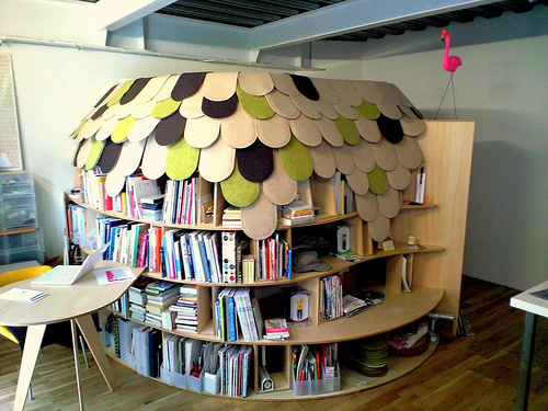 Creative Bookcase Bedroom (via digsdigs)