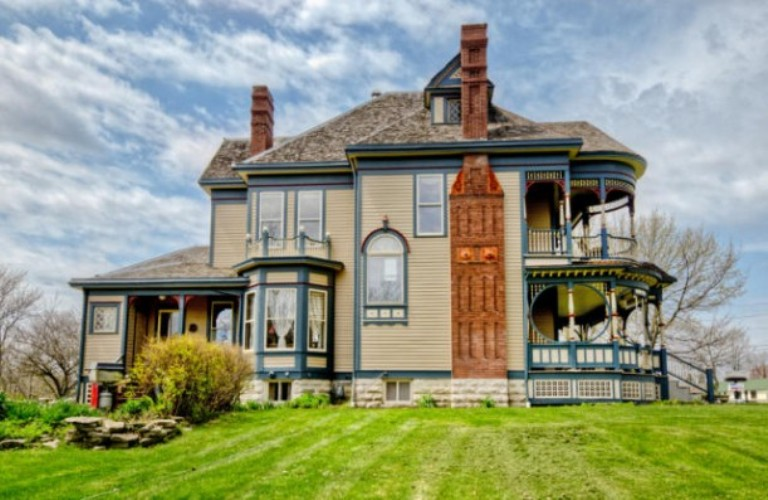 Pretty 114 years old victorian house digsdigs for Victorian home builders