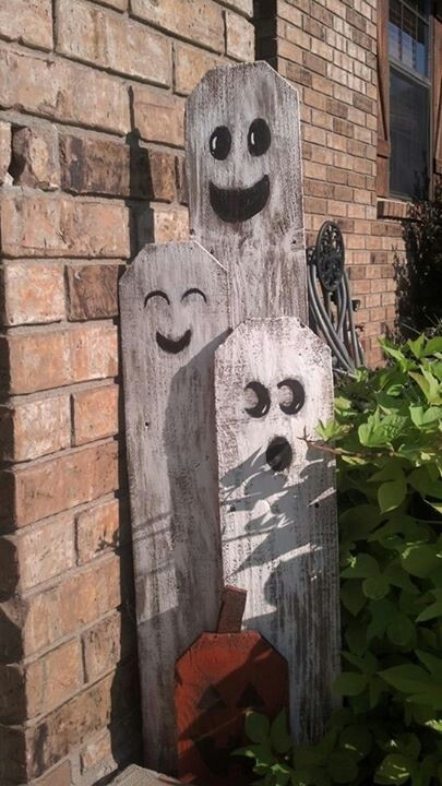 Here is an awesome idea to repurpose old fence boards. Turn them into ghosts!