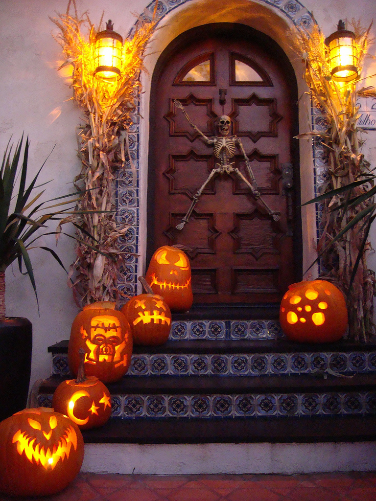 cool outdoor halloween decorating ideas  digsdigs - cool outdoor halloween decorating ideas