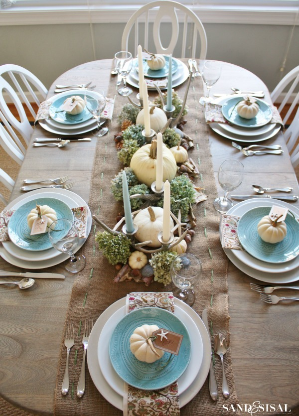 Do you love coastal interiors? If so, then you can decorate your Thanksgiving table in this style. Combine creams, greens, watery blues and such things as driftwood pieces with traditional pumpkins and candles and you're good to go!