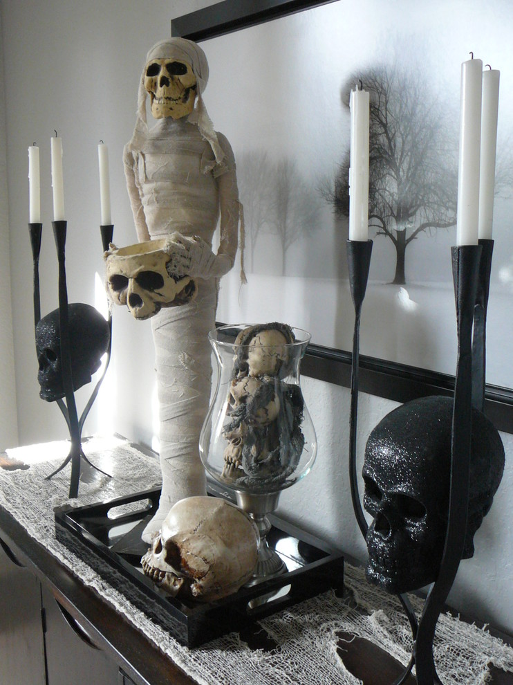 Sparkly skulls and tall candelabras could give any arrangement a glamorous vibe.