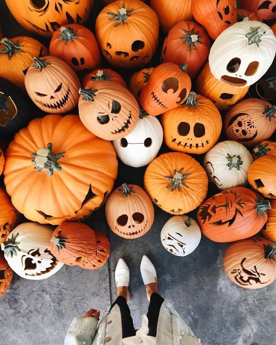 a whole assortment of cool Halloween jack-o-lanterns is a lovely idea to style your porch and looks amazing