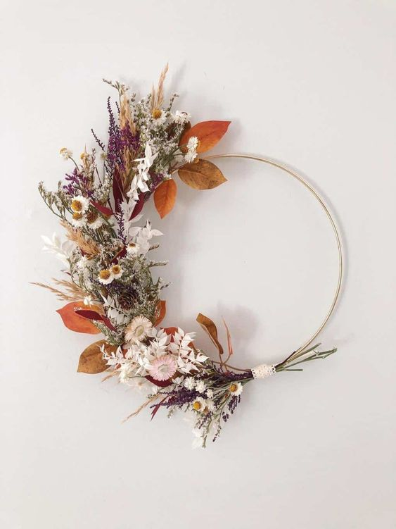 a beautiful hoop or Thanksgiving wreath of dried leaves, blooms, herbs is a stylish and chic idea that you can realize yourself