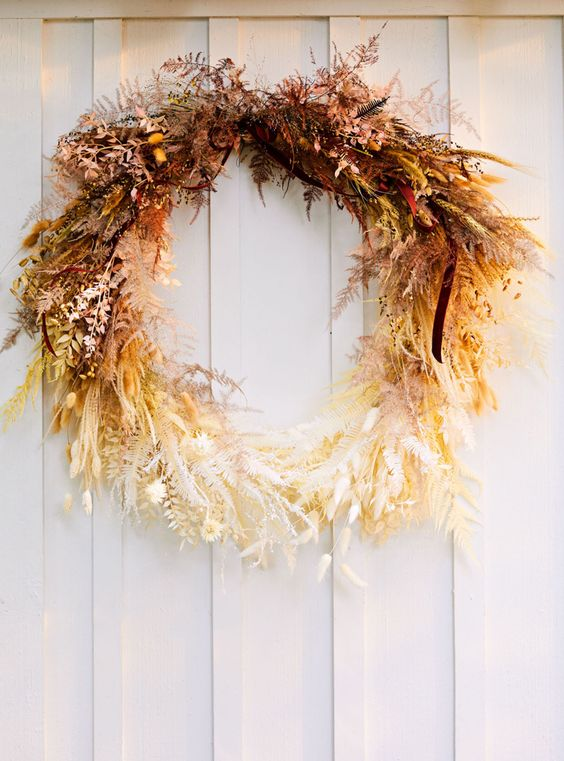 a fantastic ombre Thanksgiving wreath of dried leaves, herbs, greenery and some berries looks jaw-dropping and strikes with color