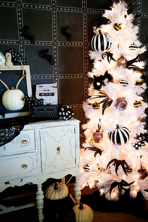 Can't wait for Christmas? If so then dress a beautiful Halloween tree to make your interior even more sophisticated.