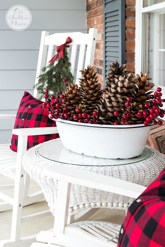 55 awesome outdoor and indoor pinecone decorations for for Easy front porch christmas decorations