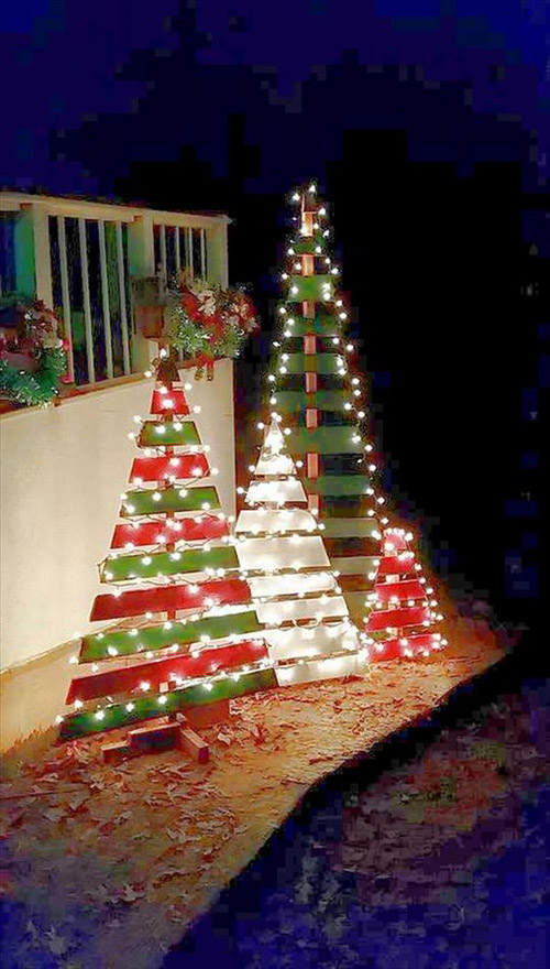 a bunch of scrap wood pieces painted in green and red are more than enough to - Old Fashioned Christmas Tree Lights