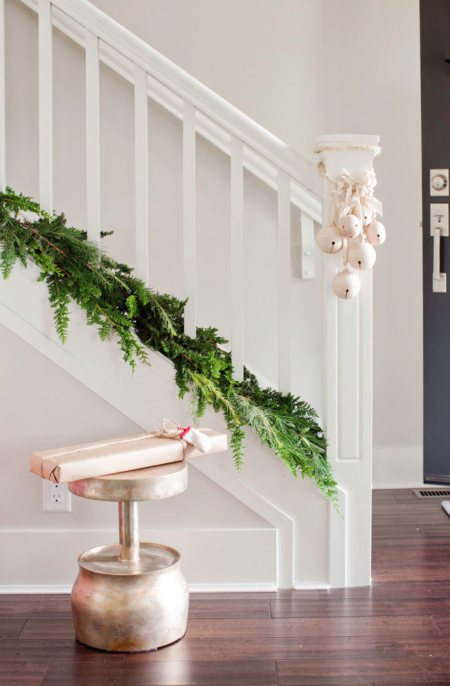 Here is a minimalist last minute idea to dress up the staircase for Christmas. Evergreens and ornaments is an ultimate combo!