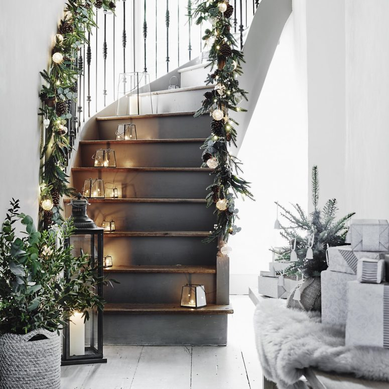 For those who like Scandinavian interiors this staircase could become a great source of inspiration for Christmas.