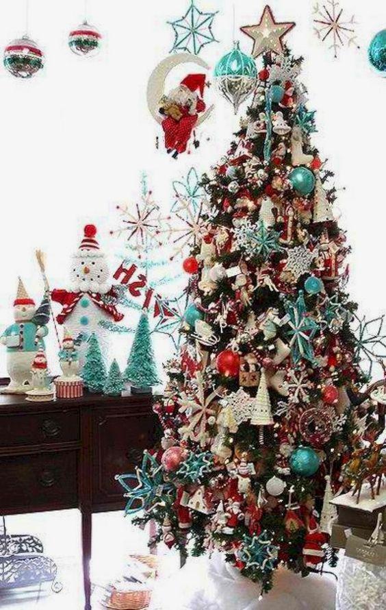 un arbre de Noël rétro décoré avec des ornements bleus, rouges et blancs si densément que l'arbre n'est pas du tout vu