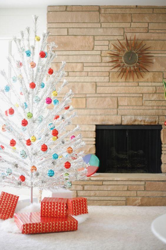 un arbre de Noël blanc avec beaucoup d'ornements de Noël colorés est joli, chic et vintage