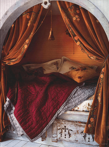 Daybed in a niche could simply be hidden behind gorgeous curtains. Much better solution than a boring closet, right?