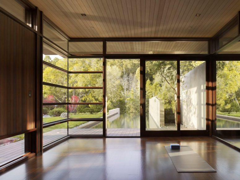 a contemporary meditation space with glazed walls and much light and cool views  (RYAN ASSOCIATES GENERAL CONTRACTORS)