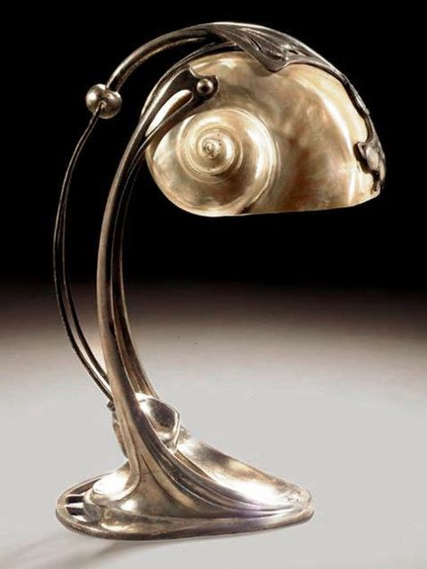 a beautiful metal and seashell table lamp looks catchy, bold and statement-like and reminds of the sea at once