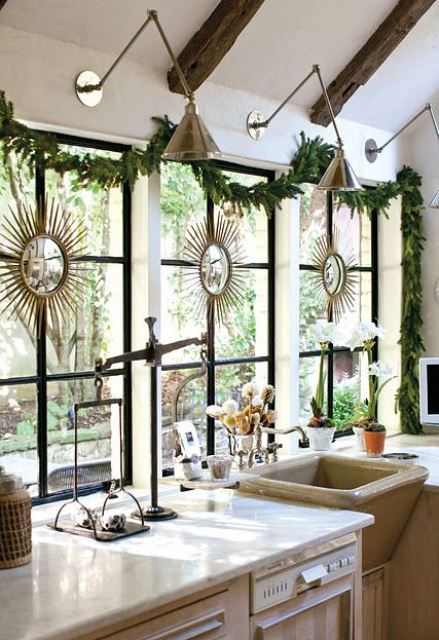an evergreen Christmas garland, blooming bulbs for cool holiday decor