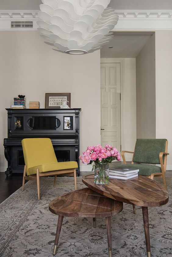 a duo of curved triangle coffee tables that shows off the wood grain is a gorgeous idea with plenty of style