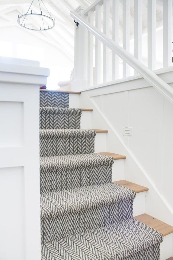 a neutral coastal staircase with blue printed carpet is a pretty and airy-looking idea to rock
