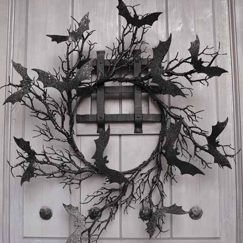 a classic black Halloween wreath of branches, black glitter bats is a pretty solution to DIY and enjoy