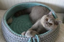 a round crochet cat bed with tassels in two colors is a stylish and cozy idea to rock