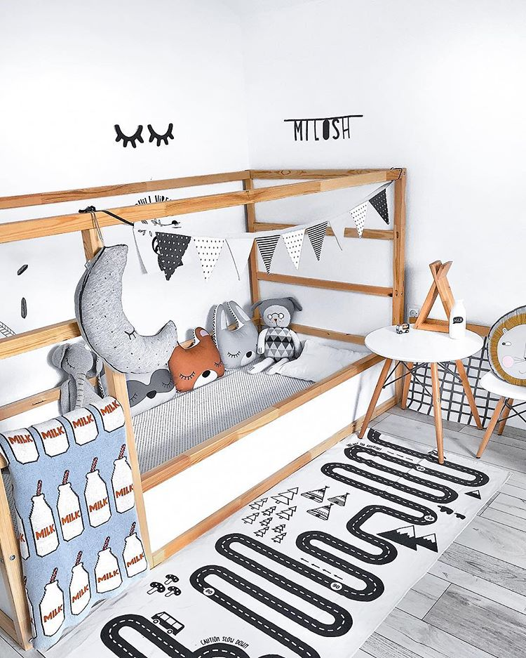 Even simple decor with stuffed animals and a black and white garland could make this bed looks stylish. (dijulya)
