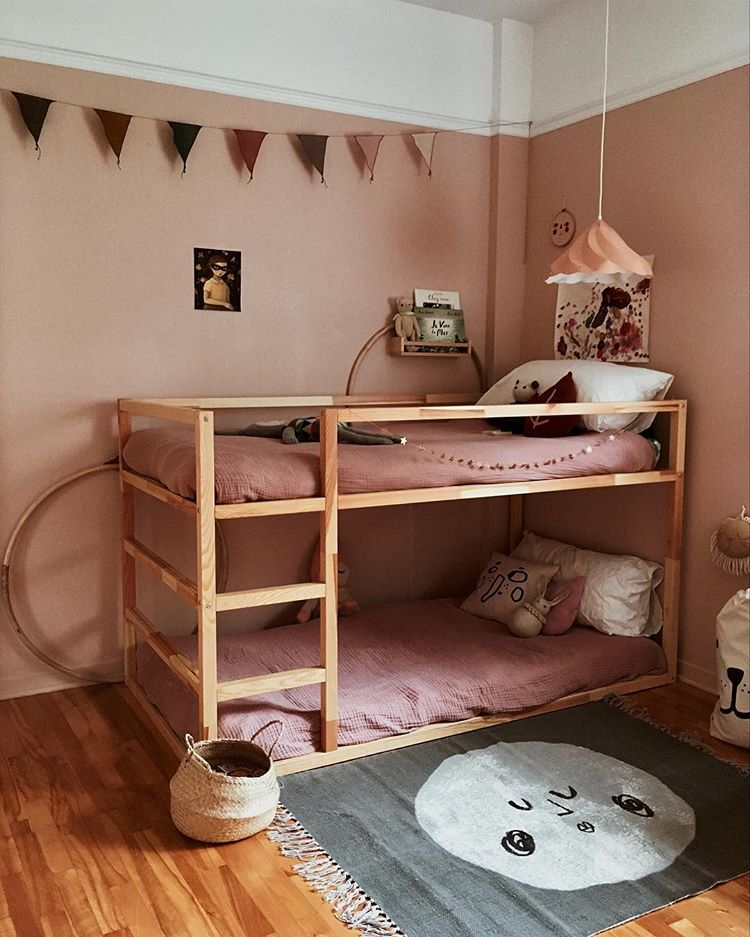 "In a dusty pink shared girl's room a pink bedding set is a must. (a href=""https://www.instagram.com/p/BpAuODUA-qc/"">petiteslunes)"