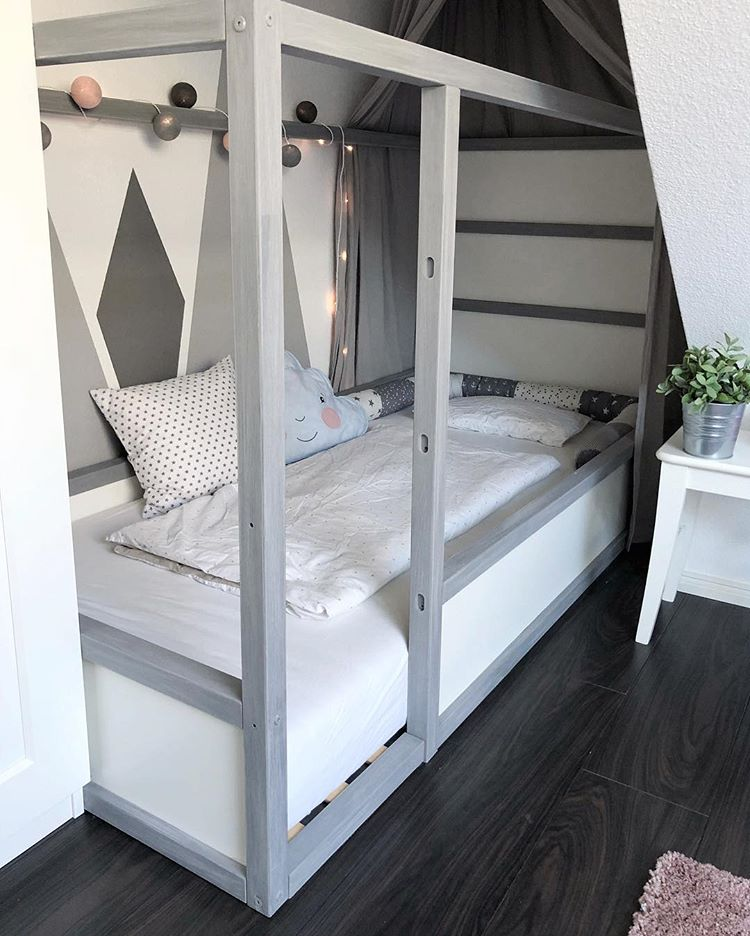 Here is a cool hack idea to turn a bunk bed into a a single one. Whitewashing wood posts is a cool idea to make the bed fit your interior. (larissaundliah)