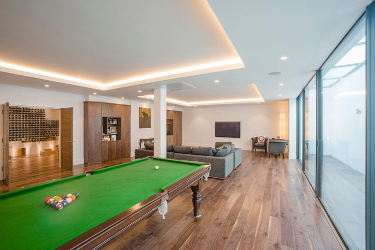 when you have a 150 sqm basement a large pool table isn't a problem (London Basement)