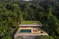 01 The jungle House is located right in the middle of the rainforest, and it has a wonderful rooftop pool