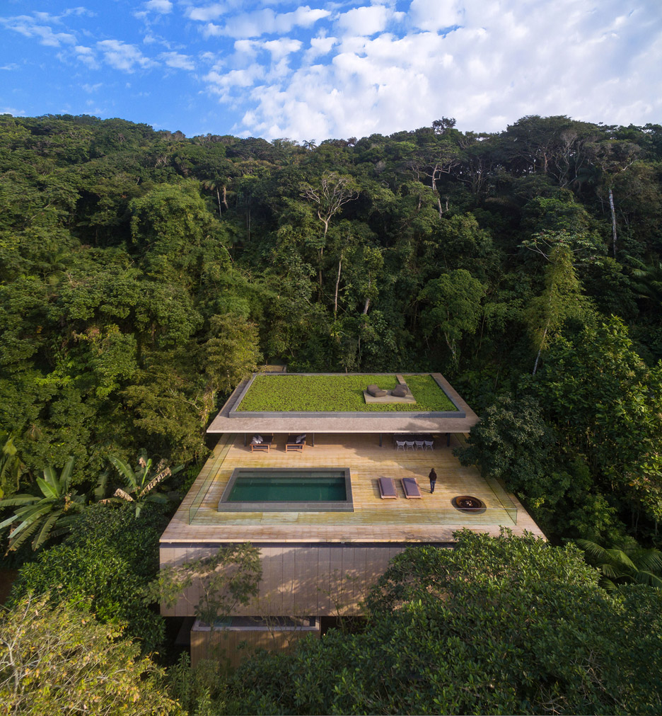 The jungle House is located right in the middle of the rainforest, and it has a wonderful rooftop pool