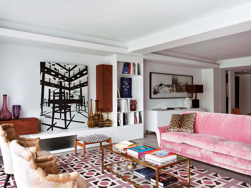 this pink sofa is an incredible idea that works here thanks to the rug that echoes