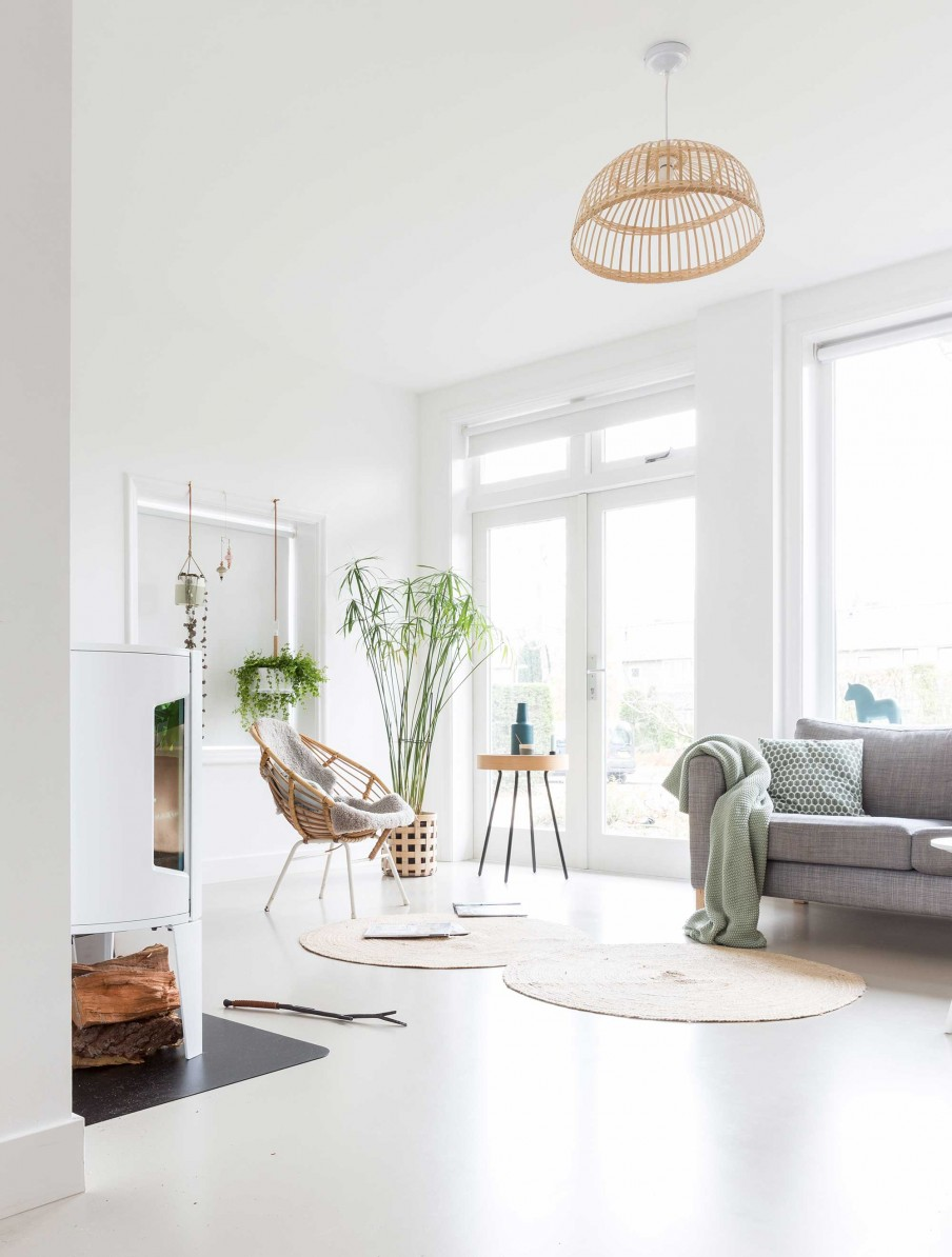 All White Interior Filled With Mid-Century Modern Furniture - DigsDigs