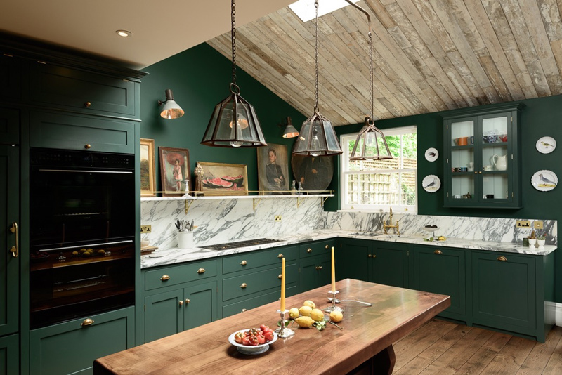 Brass touches accentuate the furniture and make the kitchen look more stylish