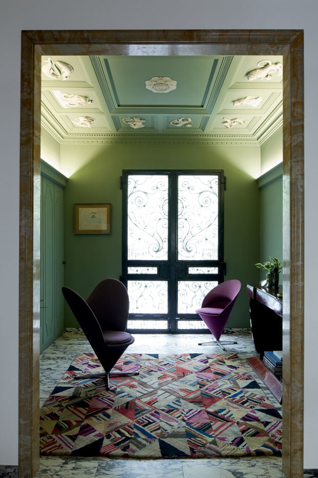 In the entryway with a zodiacal ceiling there are two armchairs by Verner Panton - Heart Cone (1959) and Cone (1958)