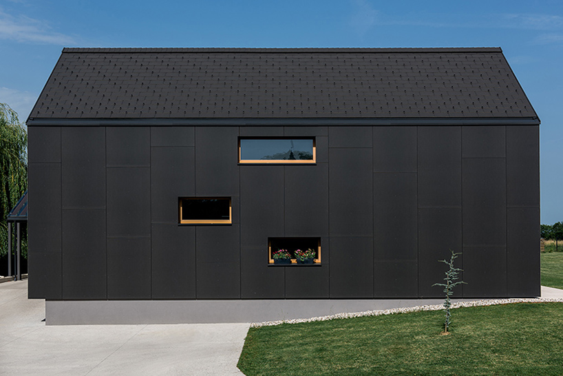 All black house design of three gabled volumes digsdigs for Modern gable roof house