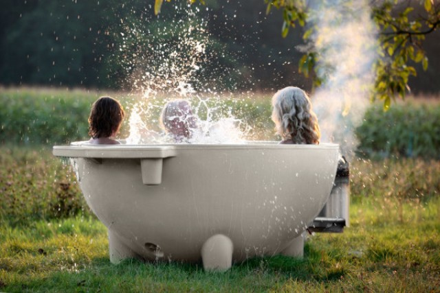 Contemporary mobile and wood burning hot tub digsdigs for Outdoor badewanne