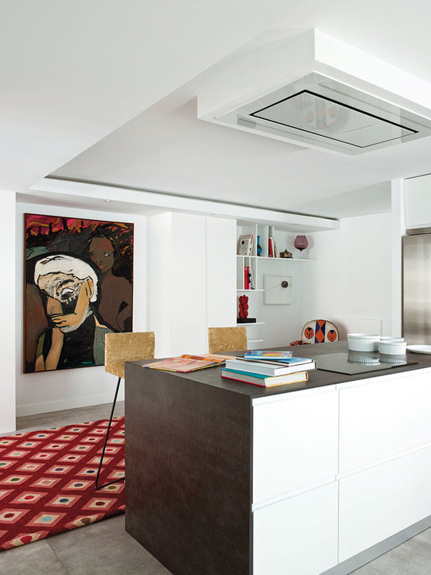 African art is again here, the simple kitchen decor doen't distract attention from a bold oversized wall art