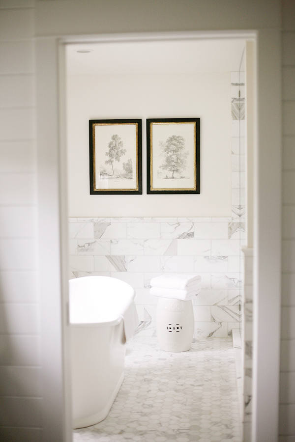 The bathroom is peaceful and quiet, with marble tiles and a free-standing bathtub