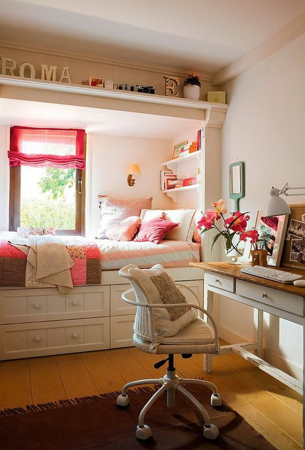 the bed is located in the window niche, which separates it from the rest of the room