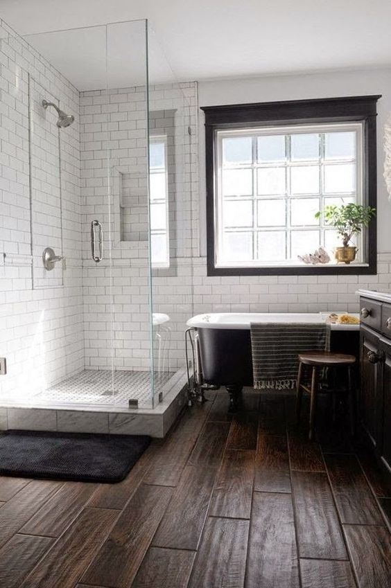 15 wood-imitating tiles for a bathroom