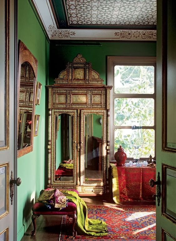 27 Daring Red And Green Interior Décor Ideas