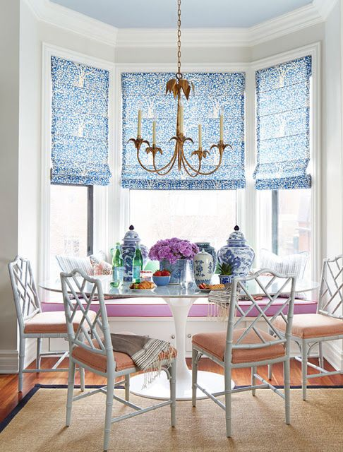Chinoiserie breakfast nook in bold shades