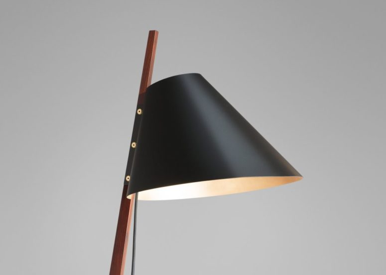 Chic Floor Billy Lamp With Brass Feet