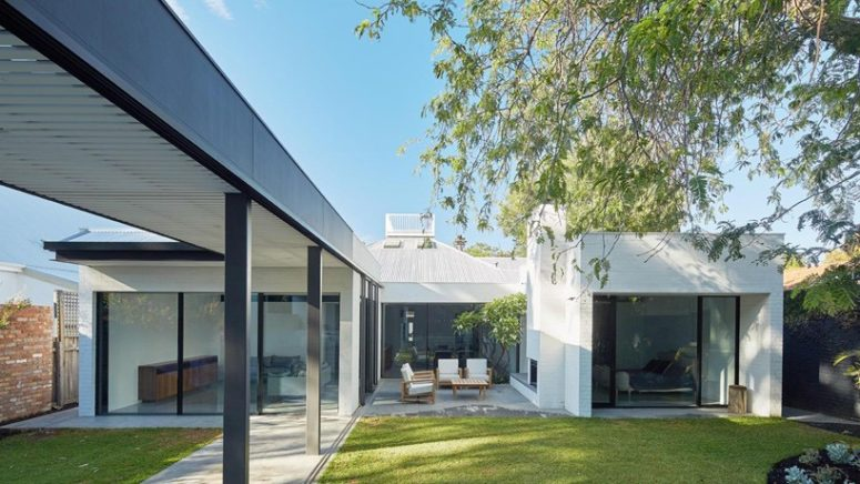 Outdoor-Indoor Residence In Australia With Lots Of Sliding Doors