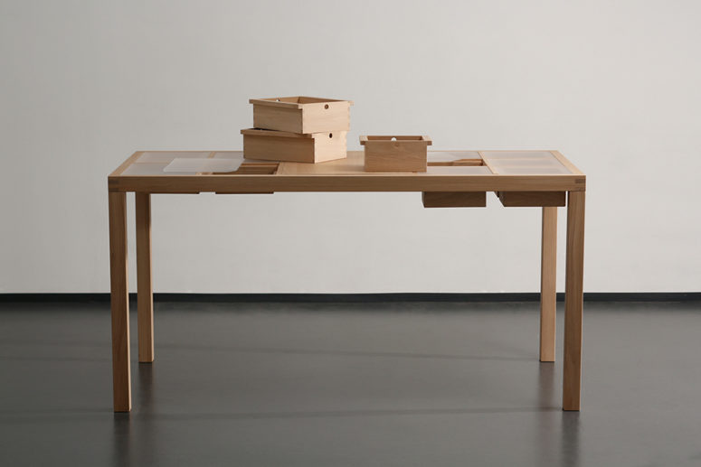 The pice is made of oak, there's a raster where boxes can be inserted
