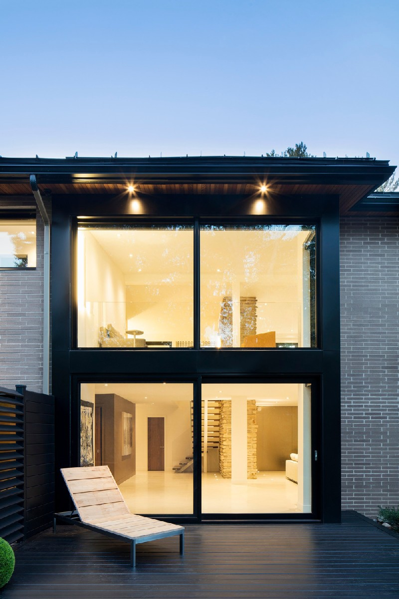 Extensive glazings also help to merge outdoors with the interiors