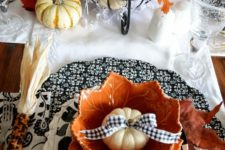 04 patterned black and white chargers, pumpkins with a black and white bow, pumpkins in a wire stand