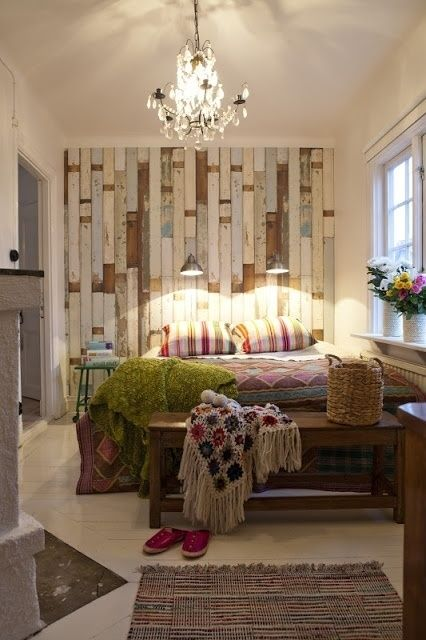 shabby pallet wall for a boho chic bedroom